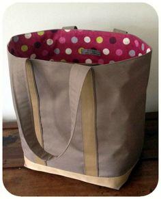 Pour l'anniversaire de nounou de mes enfants, enfin ex nounou car mes enfants sont à l'école maintenant, mais nous continuons à la gâter! Et... Jute Bags, Burlap Bags, Couture Sewing, Fabric Bags, Quilted Bag, Diy Accessories, Handbags On Sale, Handmade Bags, Make And Sell