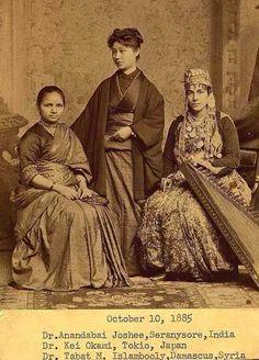 """Le tre donne immortalate in questa incredibile fotografia del 1885 sono:Joshi anandibai dell'india, keiko okami del giappone, e sabat islambouli della siria -- Ognuna divenne il primo medico donna nei loro rispettivi paesi Le tre erano studenti al women's medical college of pennsylvania; uno dei pochi posti al mondo in cui le donne potevano studiare medicina """""""