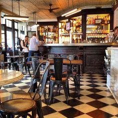 minder meget om Café Charlot både på indretning, stemning og menu, men er en smule større, og man er derfor altid sikret en plads. Gå herhen, hvis du har planer om at tilbringe formiddagen på shopping i Marais.