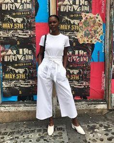 Pantacourt branco + camiseta branca deixam seu look monocromático sofisticado.