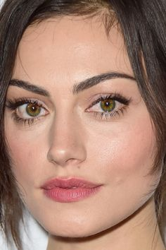 Phoebe Tonkin at the 2016 Australians in Film Gala. http://beautyeditor.ca/2016/09/14/fall-2016-makeup-trends