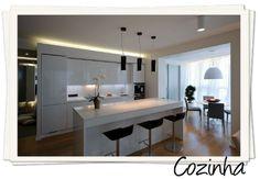 cozinha branca iluminacao fita led bancada nanoglass piso madeira