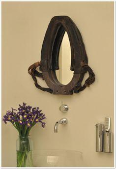 Espejo realizado con el collar de un caballo
