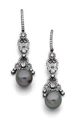 PAIRE DE PENDANTS D'OREILLES <br>en arabesques d'or noirci, soulignées de diamants ronds et poires, retenant en pampille une perle de culture de Tahiti.  <br>Diamètre : 12,7 mm environ. <br>Longueur : 6,1 cm environ. Poids : 14,6 g. <br>A diamond, cultured pearl and 18K gold ear pendants.