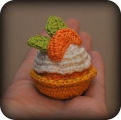 Doe mee met de Petit Fours-crochet along van Grietje! Crochet Cake, Crochet Food, Cute Crochet, Crochet For Kids, Crochet Stitches, Crochet Patterns, Crochet Gratis, Food Patterns, Crochet Decoration