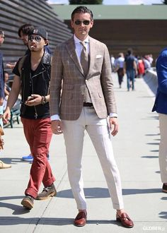 I like the coat and pant combo but it looks like he washed them in hot water and they shrank two sizes. Der Gentleman, Gentleman Style, Stylish Men, Men Casual, Moda Men, Blazer Outfits Men, Estilo Cool, The Sartorialist, Look Man