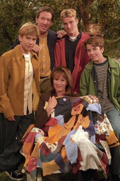 Jill and her quilt made from the boys' clothing on Home Improvement 90s Tv Shows, Jonathan Taylor Thomas, Large Bathtubs, Abc Photo, Expandable Dining Table, Home Improvement Tv Show, Body Spa, Last Man Standing, Scrappy Quilts