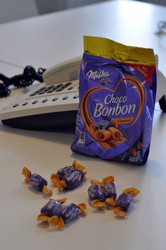Ob gemütlich zu Hause oder auf der Arbeit, die einzeln verpackten Milka Choco Bonbons sorgen für kleine, süße Genussmomente. Sie bestehen aus feinstem Karamell, das einen Kern mit flüssiger Alpenmilch Schokolade umhüllt. Es bleibt nichts anderes übrig als sich von den leckeren Karamellbonbons verführen zu lassen!