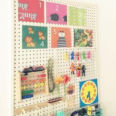 子供部屋は細々したおもちゃで散らかりがち。そんな時にも有孔ボード(ペグボード)が大活躍します。それぞれのおもちゃの位置を決めておけば、お片付けが楽しくなりそうですね。