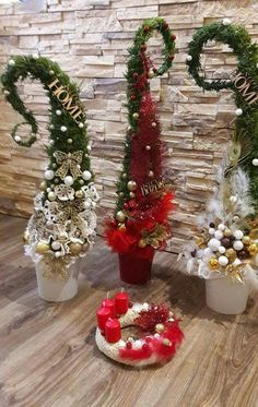21 Christmas Porch Decoration Ideas - Best of DIY Ideas Grinch Christmas Tree, Christmas Greenery, Christmas Flowers, Christmas Porch, Christmas Sewing, Outdoor Christmas Decorations, Christmas Centerpieces, Rustic Christmas, Xmas Tree