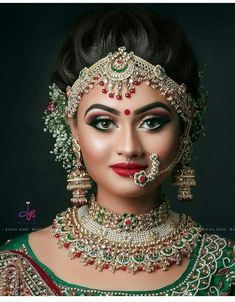 From heavy eye makeup to subtle lips, we have seen brides pull off some stunning looks in the most unexpected ways. Check out these top 10 bridal makeup looks that we spotted on real brides this wedding season! Indian Wedding Makeup, Indian Bridal Fashion, Bridal Makeup Looks, Bride Makeup, Moda Indiana, Bridal Makeover, Asian Bridal, Bride Look, Wedding Looks