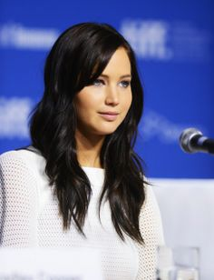 jennifer lawrence.. I really really love the side bangs and the color. I want it.
