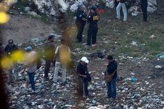 Peritos trabajan en una fosa clandestina hallada en Cocula, Guerrero. Foto: Germán Canseco
