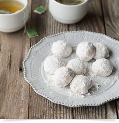 Buttery, delicate and coated in a thin layer of powdered sugar, these irresistible walnut cookies won't stick around for long! Wedding Cake Cookies, Mexican Wedding Cookies, Banana Split, Christmas Desserts, Christmas Cookies, Christmas Treats, Christmas Recipes, Nutella, Caramel