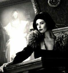 """Кэтрин Зета-Джонс в роли Вэлмы Келли в мюзикле """"Чикаго"""", 2002 г."""