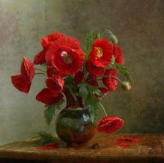 Фото Букет алых маков в фарфоровой вазе на деревянной поверхности стола, автор Марина Филатова