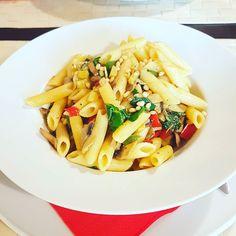 Comidinha boa para o jantar de hoje  Penne com cogumelos courgette pimentos espinafres e pinhões!