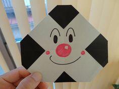 【nanapi】 はじめにアンパンマンのゆかいな仲間、おむすびまんの作り方を紹介します。用意するもの黒の折り紙1枚カラーペンなど作り方STEP1:折り目をつけ、四隅を真ん中に向かって折る十字に折り目をつけてから、四隅を真ん中に向かって2/3くらいのところまで折ります。S...