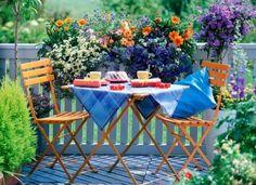 amenager balcon, set de table et chaises pliantes, balcon fleuri avec parquet en bois