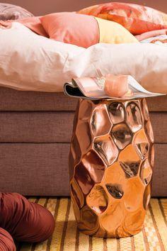 Möbel spielen bei den Rusty Shades nur eine Nebenrolle. Bett und Kästen halten sich mit hellem Holz und weißen Elementen im Hintergrund. Ausnahme: Schwarz kann den Farbeindruck verstärken. Kissen und Bezüge fügen sich ein in Weiß oder Peach. Shades, Playing Games, Bed, Pillows, Timber Wood, Black, Sunnies, Eye Shadows, Draping