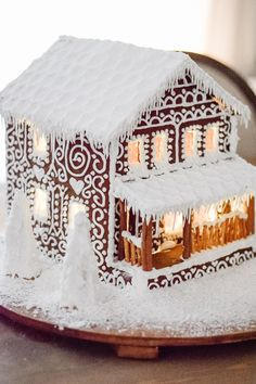 White Gingerbread House, Homemade Gingerbread House, Cool Gingerbread Houses, Gingerbread House Designs, Gingerbread Village, Gingerbread Decorations, Gingerbread House Decorating Ideas, Christmas Desserts, Holiday Treats