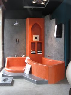 A modern tadelakt bathtub Bathroom Light Fixtures, Bathroom Lighting, Walk In Bath, Tadelakt, Natural Homes, Earth Homes, Natural Building, Interior And Exterior, Architecture Design