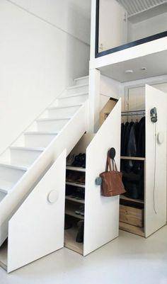 escalier d entree en bois blanc, comment ranger tout sous l'escalier dans le…