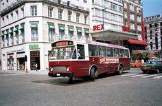 """Cinema Rex op de de Keyerlei te Antwerpen, een autubus ban """"lijn 17"""" draait de Quellinstraat in. Jaren 1970."""