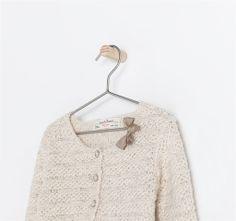 CHAQUETA PUNTO CON APLIQUE de Zara @Nina Leo De Pablo Es la chaquetita con hilo de plata que vimos