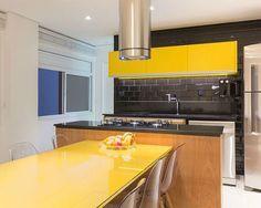 Este apartamento, de aproximadamente 60m², foi reformado pelo pessoal da CAWY Arquitetura, onde o desafio foi adaptar o pouco espaço às importantes necessi