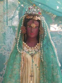 Após a morte de Jesus, seus seguidores passaram a ser perseguidos pelos romanos. Maria Madalena, Maria Salomé, Maria Jacobé, José de Arimatéia e uma escrava egípcia chamada Sara foram jogados ao ma...