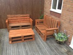 so many options. :D Garden benches and table in pallet furniture pallet outdoor project with Table Sofa pallet Bench Pallet Desk, Pallet Dining Table, Pallet Lounge, Diy Pallet Furniture, Outdoor Furniture Sets, Pallet Benches, Pallet Tables, Pallet Sofa, Pallet Planters
