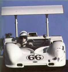 Jim Hall, 1967 7-liter Chaparral 2G . Note the flatter sides and the rear deck scoop, neither present on the curvier and smaller 1966 5.4-liter Chaparral 2E.