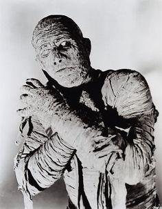 Mirad esta impresionante foto de Boris Karloff caracterizado como la momia, ¿no da más miedo que cualquier efecto digital? Puro arte.
