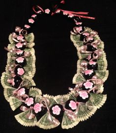 Money Lei for the girly girls! Great for graduation, birthdays, baby showers, or any special pink occasion. Kukui nut necklace base the hand fan folded bills. Accented with pink ribbons. I have other color flowers available. Inquire for availability. Money Lei, Money Origami, Money Cake, Graduation Crafts, Graduation Leis, Graduation Shirts, Grad Gifts, Diy Gifts, Satin Ribbon Roses