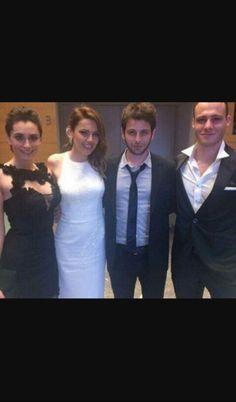 Gunesi beklerken Turkish Actors, Stars, Celebrities, Beauty, Tv, Redheads, Beleza, Celebs, Television Set