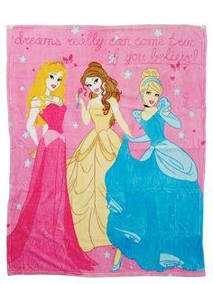Unelmanpehmeään Prinsessat-fleecepeittoon on mukava kääriytyä. Peitossa poseeraavat iki-ihanat prinsessat Aurora, Belle ja Tuhkimo. Materiaali polyesteri. Koko 120 x 150 cm.