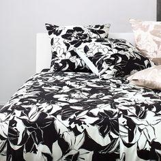 Strenesse Mako-Satin Bettwäsche Bloom 8976-99. In Schwarz und Weiß gehalten wirkt das große Blumenmuster sehr modisch. Das seidig weiche Material ist aus griffiger und anschmiegsamer Baumwolle. Ein zarter Glanz komplettiert den Look. www.bettwaren-shop.de