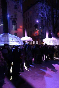 Coup de coeur pour l'installation Place Sathonay. Les arbres de cette petite place de Lyon se sont transformés en gracieuses danseuses ! - http://www.slo-hostel.com