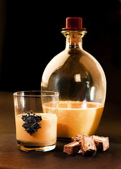 Krásná zlatá barva s výraznou chutí karamelu;Mona Martinů Home Canning, Beverages, Drinks, Whiskey Bottle, Food And Drink, Smoothie, Sweets, Homemade, Recipes
