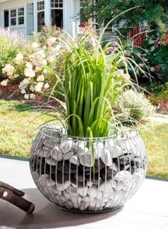 Gabionen sind ein Muss für Ihren Garten. Die vielseitigen Pflanzengefäße sind eine preisgünstige und gleichzeitig langlebige Dekorationsmöglichkeit. Die Drahtgitter-Doppelwände vereinfachen Ihnen das befüllen, ob mit Steinen, Pflanzenerde oder weiteren wetterbeständigen Utensilien.
