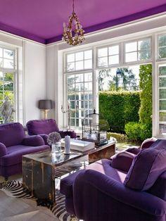 Необычный фиолетовый потолок.