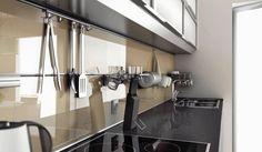 Szkło, beton, kamień, metal albo farba - coraz odważniej sięgamy po te materiały, wykańczając ścianę w kuchni. Ochronią ją równie skutecznie co płytki ceramiczne, a przy okazji nadadzą wnętrzu oryginalny charakter.