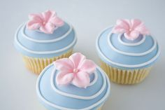 cupcake with gum paste flower Fondant Cakes, Cupcake Cakes, Fondant Bow, 3d Cakes, Fondant Tutorial, Cake Decorating Tips, Cookie Decorating, Cakepops, Pretty Cupcakes