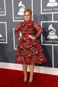 todas las fotografías de la alfombra roja de la 55 edición de los premios Grammy: Adele de Alta Costura de Valentino