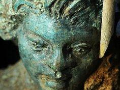 Tratamiento de conservación de una lámpara de metal de 2000 años de antigüedad