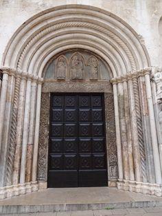 Porta da igreja de Zadar-Croácia