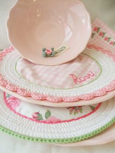 My sister would have loved these dishes ! and her name is already on the doiley…