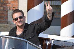 イタリア・ベネチア(Venice)のチプリアーニ・ホテル(Cipriani Hotel)で、米俳優ジョージ・クルーニー(George Clooney)さんと英国人弁護士アマル・アラムディン(Amal Alamuddin)さんの結婚式に招かれたロックバンド「U2」のボーカル、ボノ(Bono、2014年9月27日撮影、資料写真)。(c)AFP/ANDREAS SOLARO ▼16Oct2014AFP|「舞い上がっていたかも」、U2のボノが新アルバム無料配信で謝罪 http://www.afpbb.com/articles/-/3029031 #U2_Bono