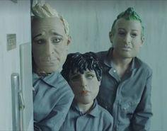 O Green Day acaba de liberar através de sua página no Facebook o vídeo clipe de 'Bang Bang', primeiro single de Revolution Radio, novo álbum da banda com lançamento em 7 de outubro.  O vídeo foi dirigido pelo amigo de longa data e vocalista do Rancid, Tim Armstrong.
